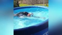 Campeona de aguas abiertas en piscina de juguete