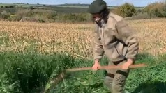 """Cavani siega hierba con una guadaña para """"trabajar los abdominales oblicuos"""""""