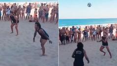 Marcelo se divierte jugando a futvolley en la playa