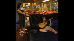 Pilar Rubio y Ramos tocan 'Fiesta Pagana' con una guitarra y un violín