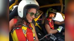 Valentino Rossi con su novia en un coche derrapando a gran velocidad