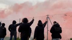 Los ultras del Atleti animaron a su equipo durante el entreno como si fuera la final de la Champions