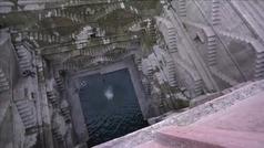 Saltos increíbles de los clavadistas Iffland y Duque en el pozo de Toorji (India)