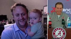 Un periodista pregunta 'online' con su bebé en brazos y el entrenador... ¡le felicita!