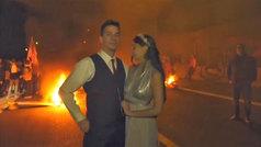 Surrealista episodio de una pareja de recién casados con una barricada en Vic