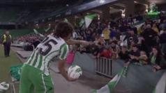 Gran gesto de Diego Lainez con una pequeña aficionada al Betis