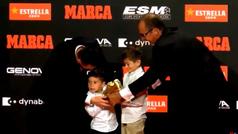 La divertida entrega de la Bota de Oro a Messi: ¡sus hijos no podían con el trofeo!