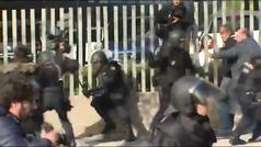 La polic�a carga contra los taxistas para evitar la ocupaci�n de la rotonda de acceso a Ifema