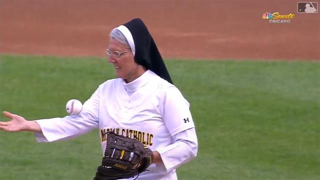 Monja hace el primer lanzamiento en partido de MLB e invade las redes sociales