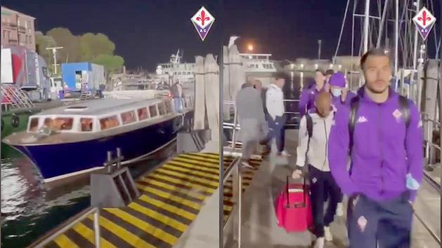 Esta imagen debe ser única en el mundo: La Fiore llegar para jugar contra el Venezia... ¡en barco!
