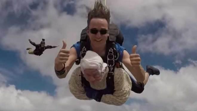 Mujer de 102 años se avienta en paracaídas; rompe récord