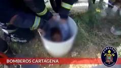 Rescatan a un niño que quedó atrapado en una arqueta