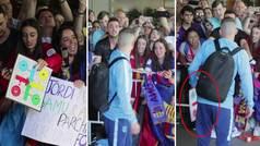 Locura en la llegada del Barça al hotel: Messi, aclamado y Jordi Alba se lleva ¡un parchís de regalo!