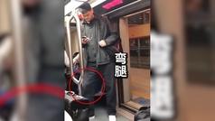 El gigante chino Yao Ming (2,29), viajando en metro