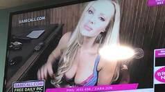 Emiten imágenes de un canal erótico en un campo de fútbol durante un partido