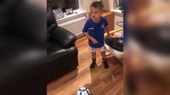 El genial truco de un niño para quitarse su primer diente... ¡con una pelota de fútbol!