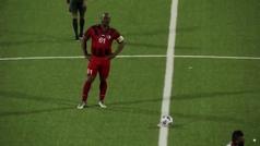El vicepresidente de Surinam debuta en el fútbol profesional... a los 60 años