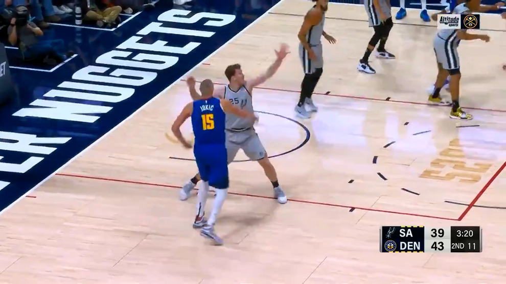 El pase de Nikola Jokic que ha dejado boquiabierta a toda la NBA: ¿Cómo mete el balón por ahí?