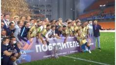 El capitán del Zenit quiebra el trofeo en el festejo por el título del fútbol ruso