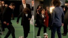 El hijo de Marcelo interrumpe a la TV inglesa... ¡y regatea a Gary Neville!