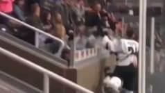 Un jugador intenta saltar a la grada para pegarse con los espectadores