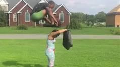 Un jugador de baloncesto sublima el #pantsjump saltando por encima de una mujer