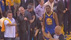 Lo nunca visto: ¡Dos aficionados de los Warriors ofrecen sus gafas a los árbitros!