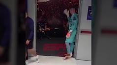 El vídeo de Messi hundido en el vestuario al descanso que se ha hecho viral