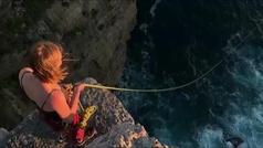 Así es el salto con cuerda al océano: un mix entre rappel y bungee