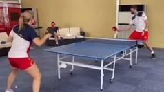 Pau Gasol se mide con Galia Dvorak al tenis de mesa... ¡y ojo que no lo hace nada mal!