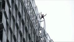 El Spiderman francés escala un rascacielos para pedir más acciones contra el cambio climático
