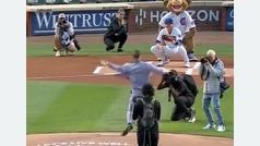 Conor McGregor protagoniza el peor lanzamiento el peor lanzamiento del béisbol