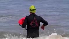 Un vecino de Gijón acude a su trabajo nadando para respetar la distancia física