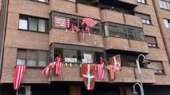Aficionados 'potean' en los balcones cantando el himno del Athletic