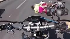 Brutal accidente de moto... y la pasajera en bikini y sin casco