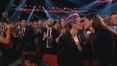 Toples accidental de Megan Rapinoe al besar a su novia en los Premios ESPY