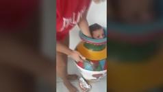 Un niño se queda atrapado dentro de un jarrón y se convierte en viral
