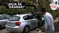 Cristiano le 'roba' el móvil a un aficionado que le graba desde el coche