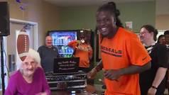Una estrella de la NFL pierde un duelo de rap contra una anciana