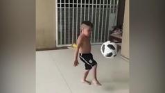 Ver para creer: Un niño de 4 años controla un balón casi tan grande como él