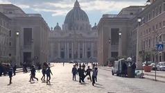 """Los improvisados partidos de fútbol en las calles de Roma: """"A falta de turistas..."""""""