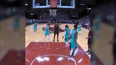 La expulsión más absurda en la NBA: le echan por... ¡dar un azote a un rival!