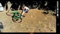 Se cae rompiéndose clavícula y omóplato mientras un fan se ríe de él e incluso bromea con robarle la bici
