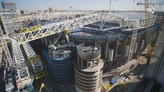 Pesa 800 toneladas y ya está en lo más alto del nuevo Bernabéu: instalada la primera megacercha