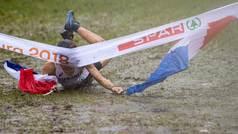 Catastrófica entrada en meta: una embarrada caída viral para ganar la carrera