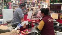 Un supermercado de Toluca instala barreras de film transparente para frenar el coronavirus
