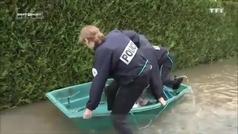 La policía francesa al rescate en las inundaciones de Chartrettes
