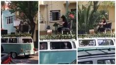 Flor Amargo sale a las calles de la Ciudad de México a tocar el piano arriba de una combi