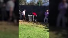 El golpe más surrealista de Tiger Woods: encuentra su bola dentro de una papelera