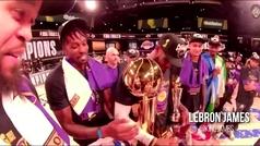 LeBron habla con el trofeo Larry O'Brien